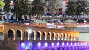 Tarihi Köprü Manzaralı İftar ve Sahur Keyfi